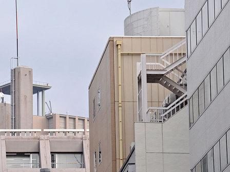 ビル屋上の階段